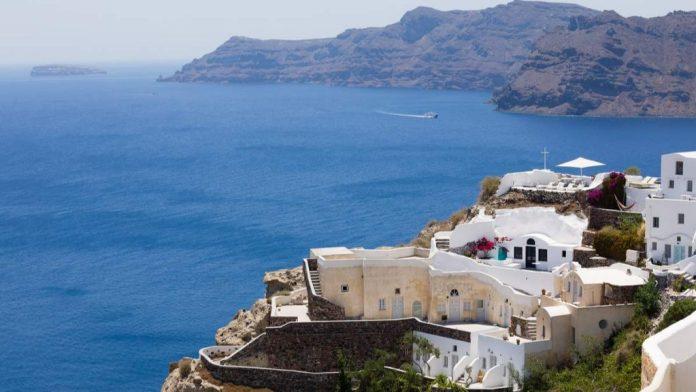Conhecer a ilha de Santorini é uma das razões para passar a lua de mel na Grécia