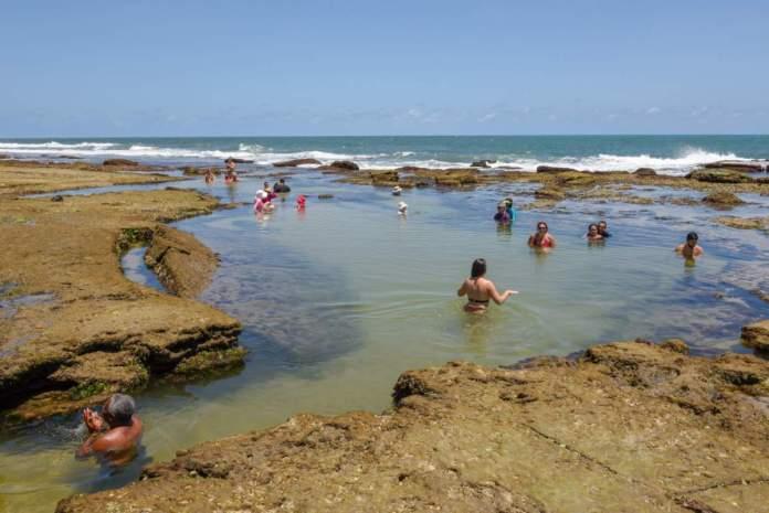 Pessoas se divertindo na piscina natural na praia de Sibaúma, Tibau do Sul - RN