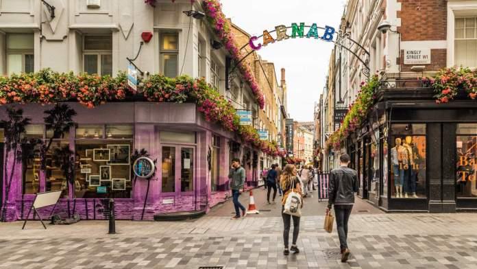 Uma vista da rua Carnaby em Londres - Inglaterra