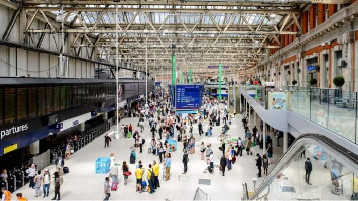 Estação Waterloo, um terminal ferroviário no centro de Londres, Inglaterra.