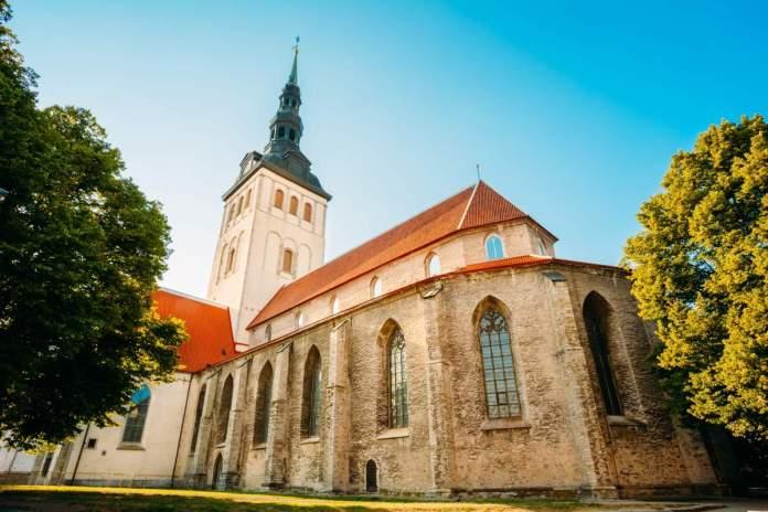 Igreja medieval antiga branca de São Nicolau (Niguliste) em Tallinn