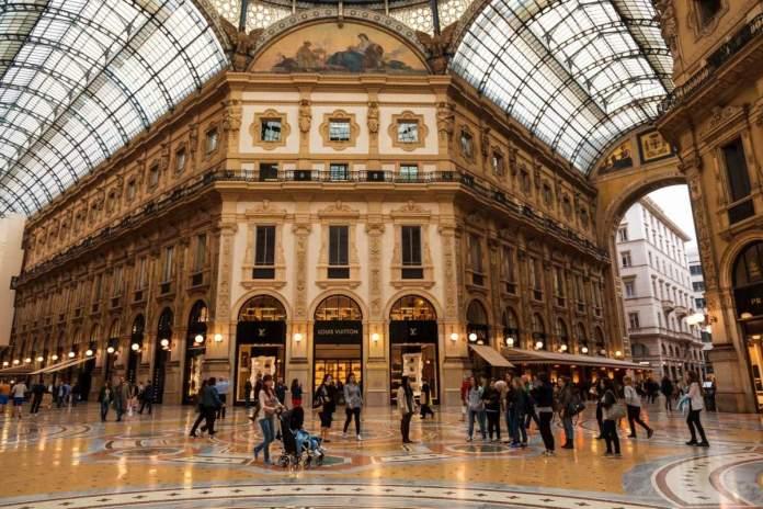 Interior da Galeria Vitorio Emanueli II em Milão, Itália