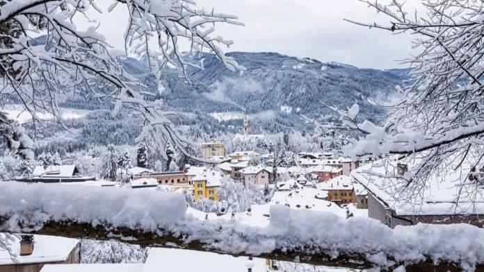 Cavalese em Val di Fiemme, um dos principais vales da região Dolomitas na Itália.