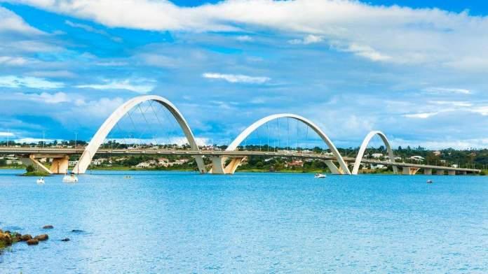 Lago Paranoá e Ponte JK em Brasília.
