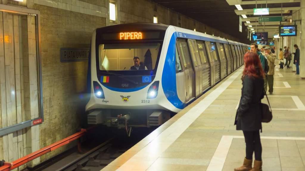 Pessoas à espera do metrô em Bucareste, Romênia.