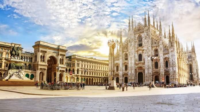 Catedral Duomo na manhã ensolarada na praça de Milão, Itália.