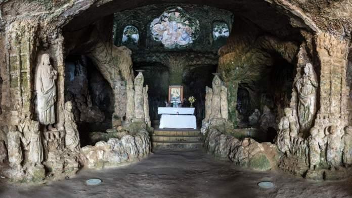 Vista do interior da igreja de Piedigrotta, Calábria, Itália.