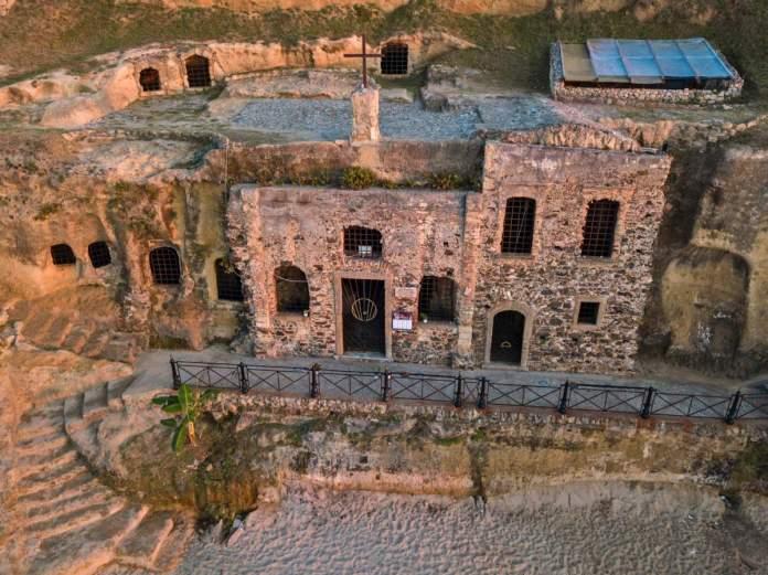 Vista aérea da igreja de Piedigrotta, totalmente escavada nas rochas, Calábria, Itália.