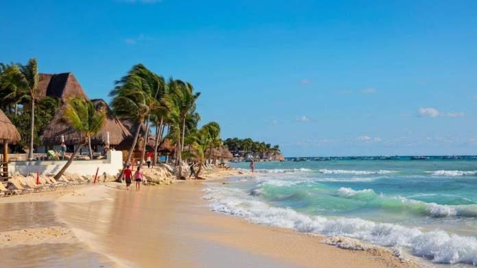 A bela praia de Playa del Carmen, no México.