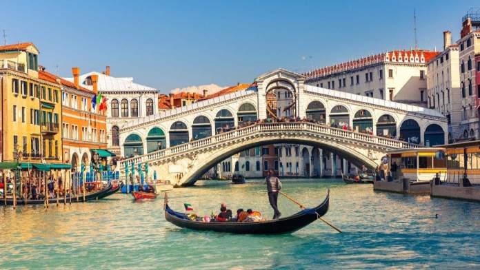 Gôndola perto da ponte Rialto em Veneza, Itália.