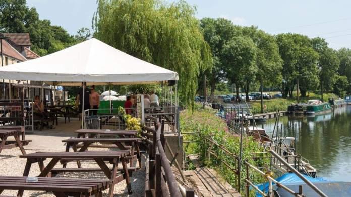 Pub a beira do rio Avon, Bath, Inglaterra