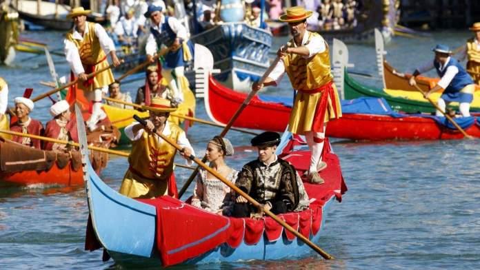 """Navios históricos abrem a Regatta Storica, o principal evento do calendário anual de remo """"Voga alla Veneta"""", em Veneza, Itália."""