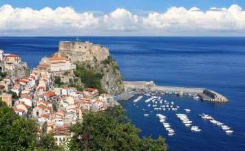 Castelo na rocha em Scilla na Calábria, Itália.
