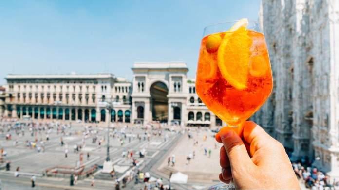 Spritz aperol drink, em Milão, Itália