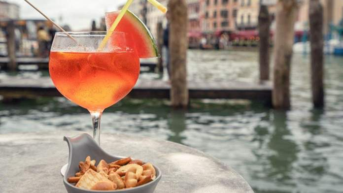 Aperol Spritz (cocktail) no Grande Canal de Veneza, Itália
