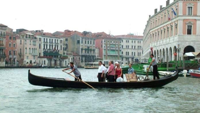Traghetto com turistas em Veneza, Itália.