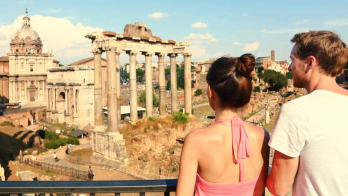 Turistas observando ruínas em Roma - Itália