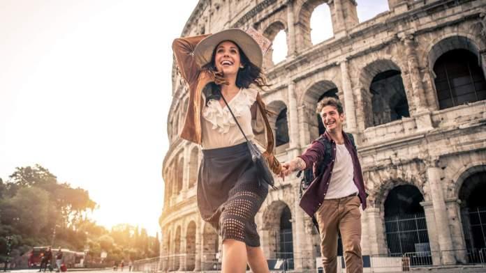 Jovem casal no Coliseu, Roma - Itália