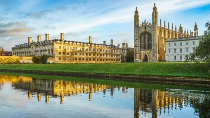 Capela do King's College, com lindo céu da manhã em Cambridge, Inglaterra.