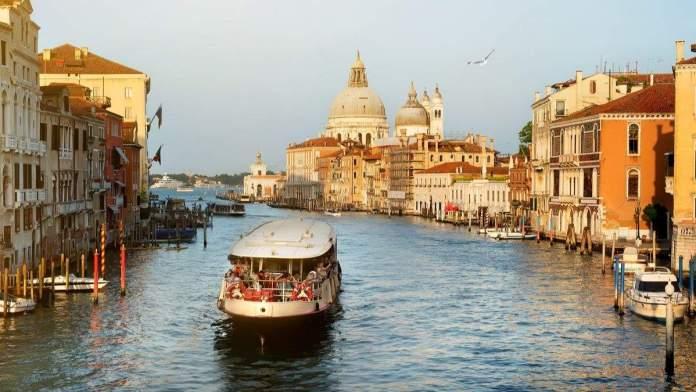 Vaporetto no Grande Canal de Veneza, Itália.