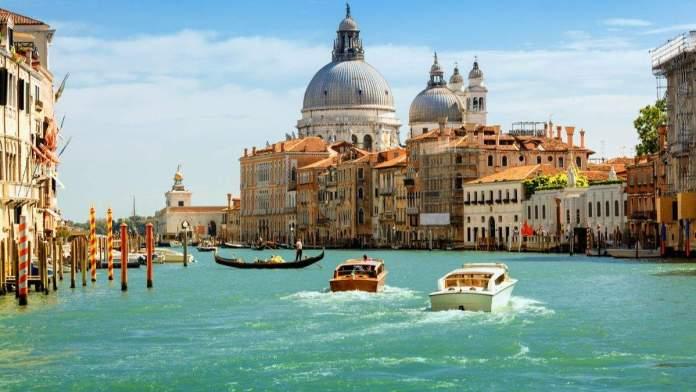 Grande canal e Basílica de Santa Maria della Salute, Veneza, Itália.