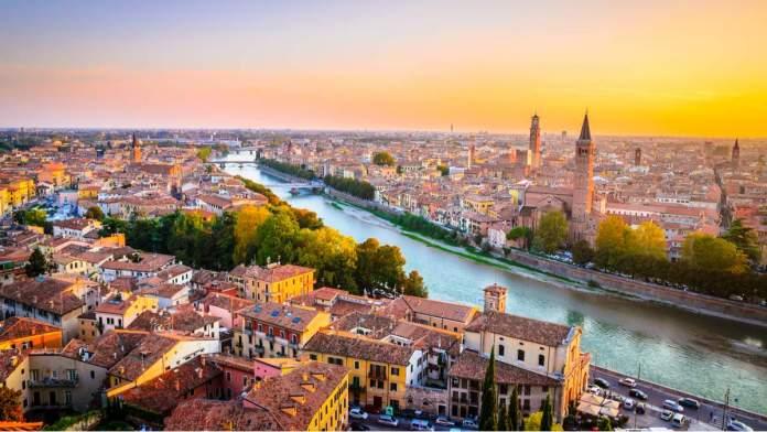 Belíssimo pôr do sol região em Verona, Vêneto, Itália.