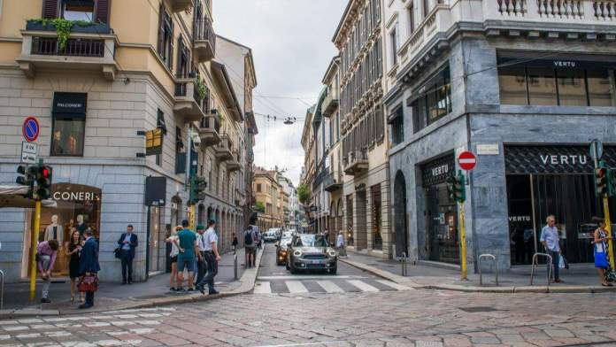 Via Montenapoleone street, em Milão, Itália.
