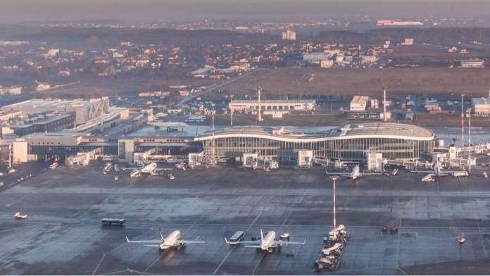 Vista aérea do Aeroporto Internacional Henri Coanda de Bucareste, Romênia.