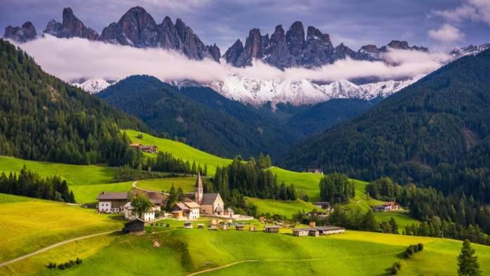 Santa Maddalena, famoso lugar alpino, com montanhas mágicas Dolomitas no fundo, Itália.