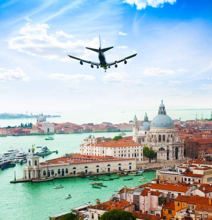 Avião sobrevoando Veneza e o Grande Canal na Basílica de Santa Maria della Salute.