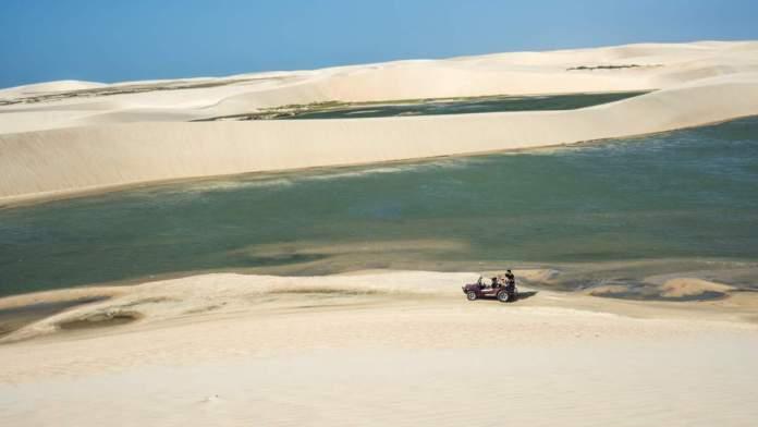 Bugue com turistas nas dunas de Jericoacoara