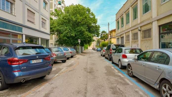 Vista de uma rua localizada em Veneza durante o dia.