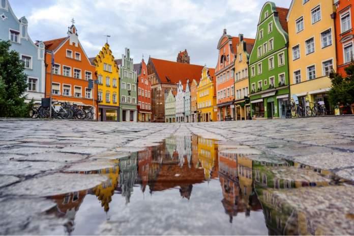 Casas góticas coloridas tradicionais na cidade velha de Landshut, cidade histórica na Baviera em Munique - Alemanha