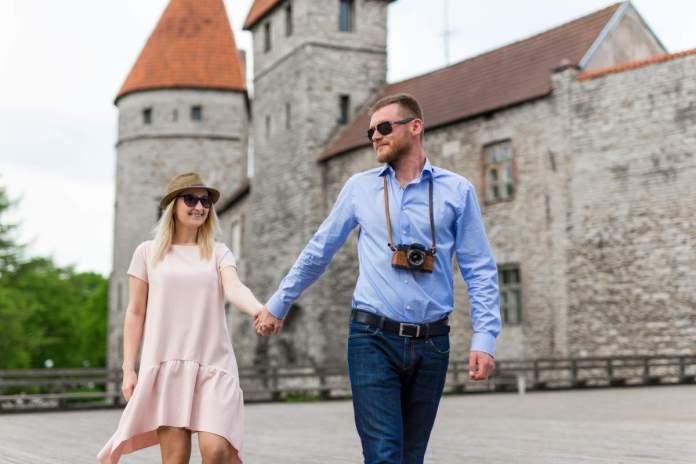 Dois turistas apaixonados, andando na cidade velha de Tallinn, Estônia