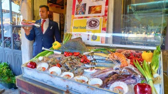 Frutos do mar em exposição em um restaurante de Veneza, Itália.