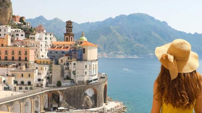 Férias de verão na vila atrani na costa Amalfitana, Itália.