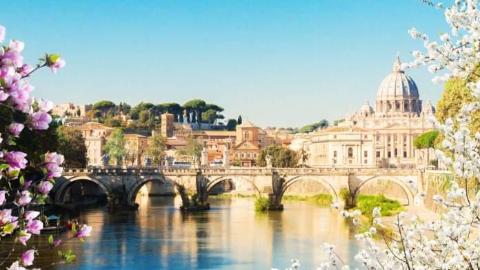Flores enfeitam a primavera em Roma - Itália