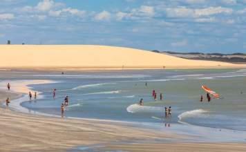 Turistas desfrutam de um lindo dia na praia de Jericoacoara