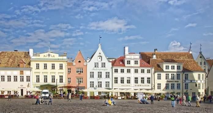 A principal praça da cidade, cercada por construções medievais belíssimas;