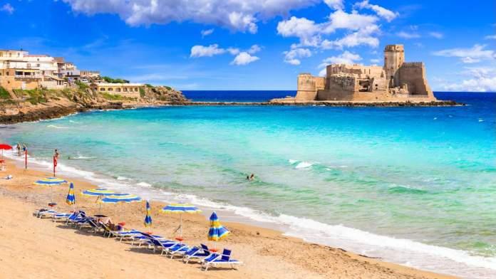 Praia e castelo da Calábria, sul da Itália.