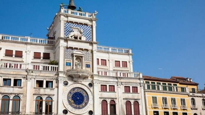 Torre do relógio na Piazza San Marco em Veneza, Itália.