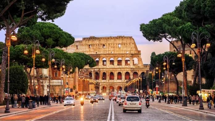 Tráfego de carros em rua de Roma - Itália