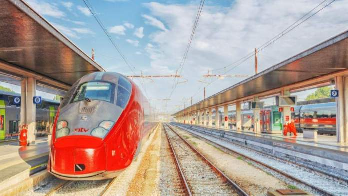 Trem de passageiros na estação de caminhos-de-ferro, principal de Veneza, na Itália. -