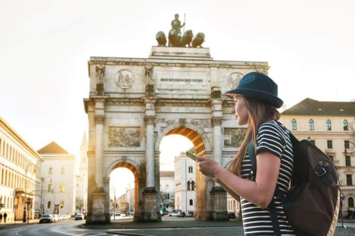 Turista visitando pontos turísticos em Munique - Alemanha