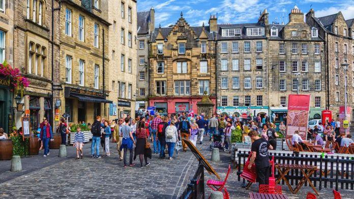 Vista da rua na Praça Grassmarket, na cidade velha de Edimburgo, Escócia