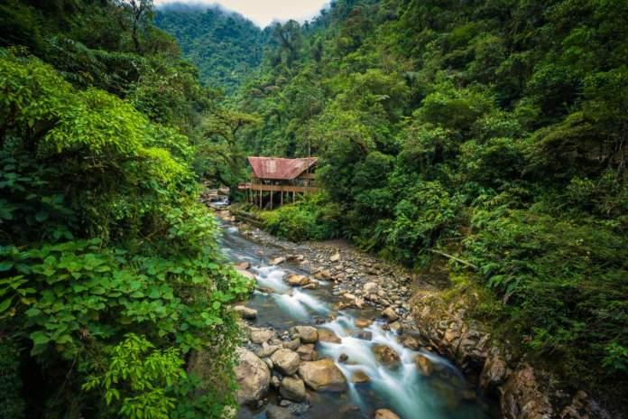 Um alojamento na selva à beira de um rio no Parque Nacional Manu, Peru.
