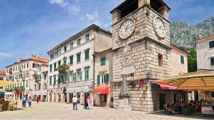 Torre do relógio dentro de Stari Grad em Kotor, Montenegro.