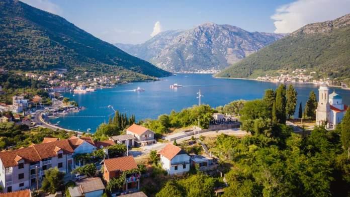 Vista panorâmica na baía de Kotor, Montenegro.