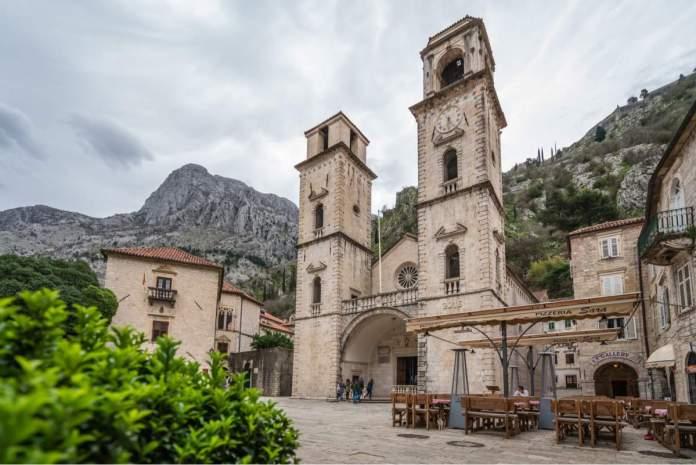Catedral impressionante de St Tryphon na cidade velha de Kotor.