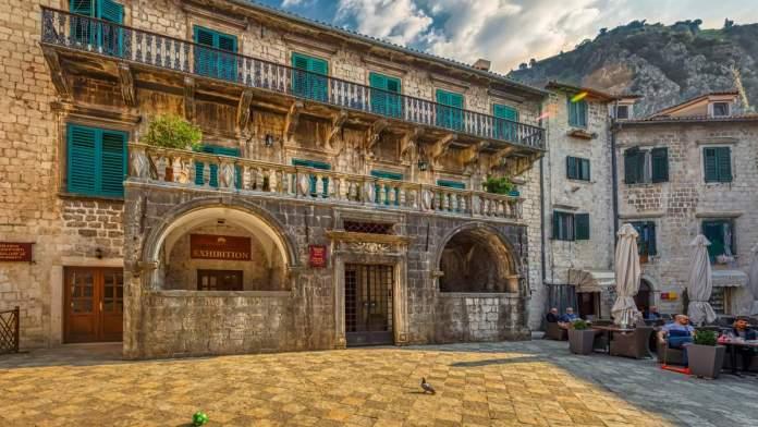 O palácio Pima é visto na praça da farinha em Kotor, Montenegro.